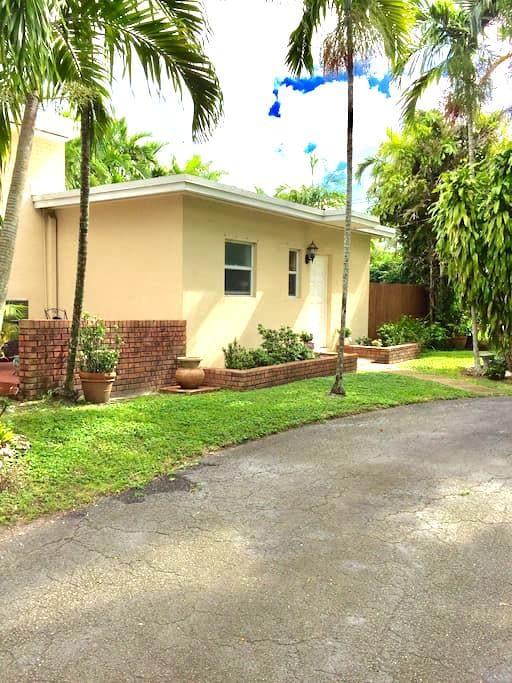 Private efficiency apt! CENTRAL! - Miami Springs - Gästehaus
