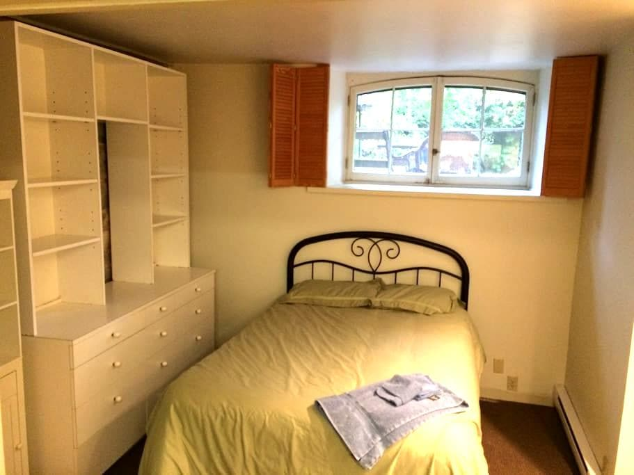 Quiet 1 Bdrm Apt for Med or Grad student - Kingston - Apartemen
