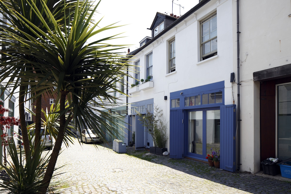 Ensuite in lovely mews near beach