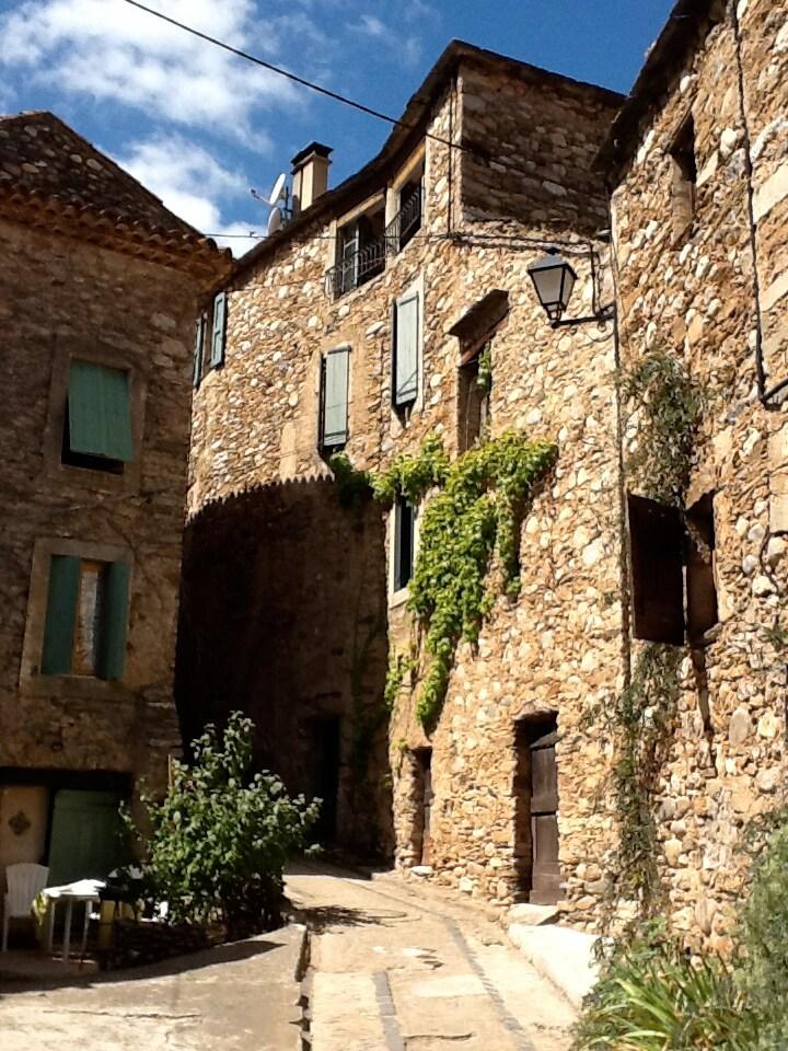 maison en pierre proche rivière