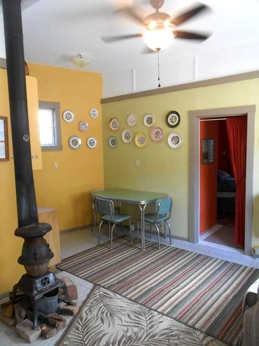 Rustic suite in historic area, walk to cafes - Bisbee - Zomerhuis/Cottage