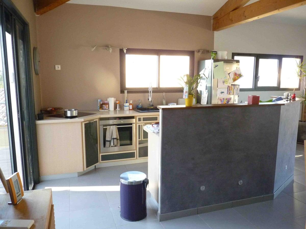 cuisine, accès terrasse à gauche par baie à galandage