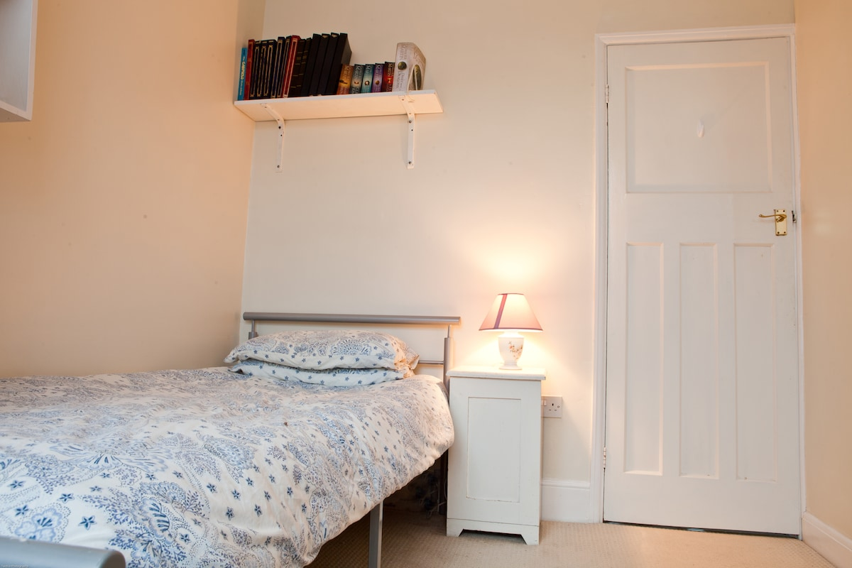 Bedroom to Let short term.