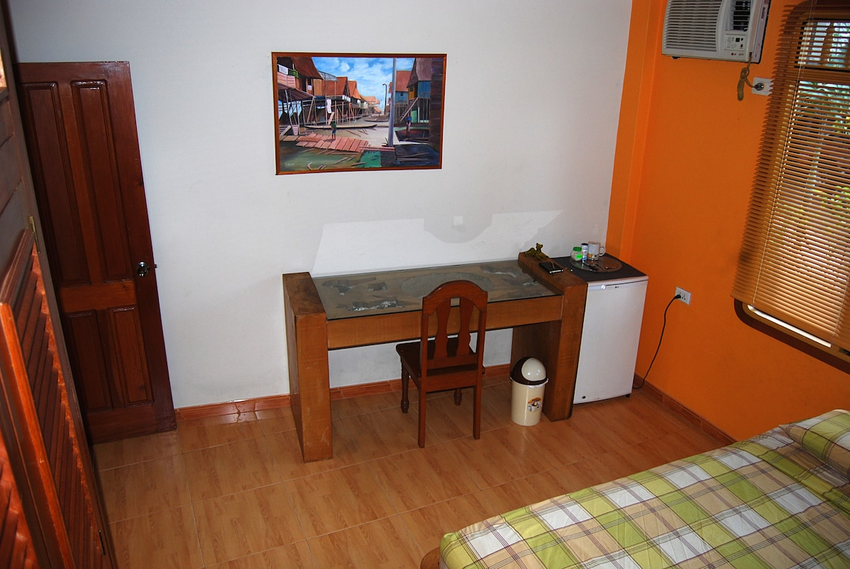 Equipped with a desk and fridge