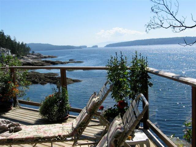 The ocatagon Deck at Longhouse Bay Getaway