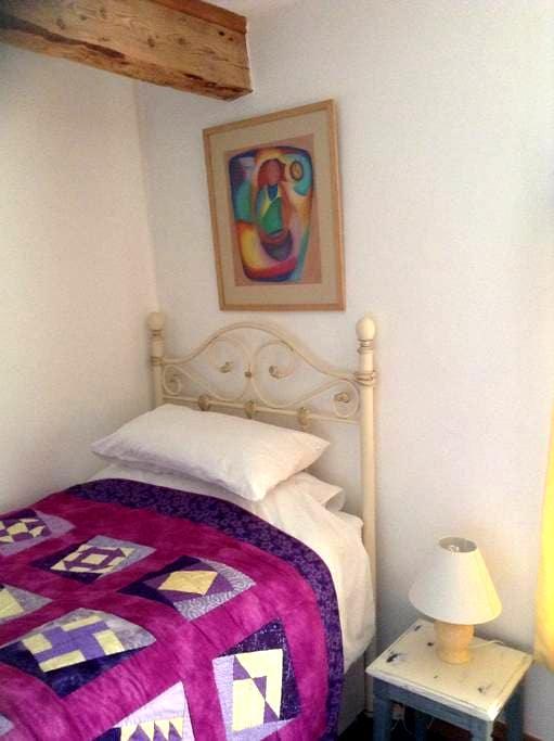 This is a nice single warm room. - Llanbadarn-y-garreg - Bed & Breakfast