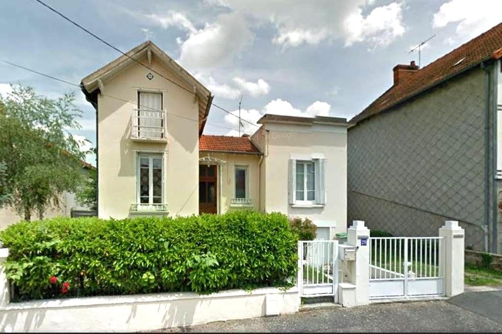 Maison conviviale dans une rue calme - Montluçon - Ev