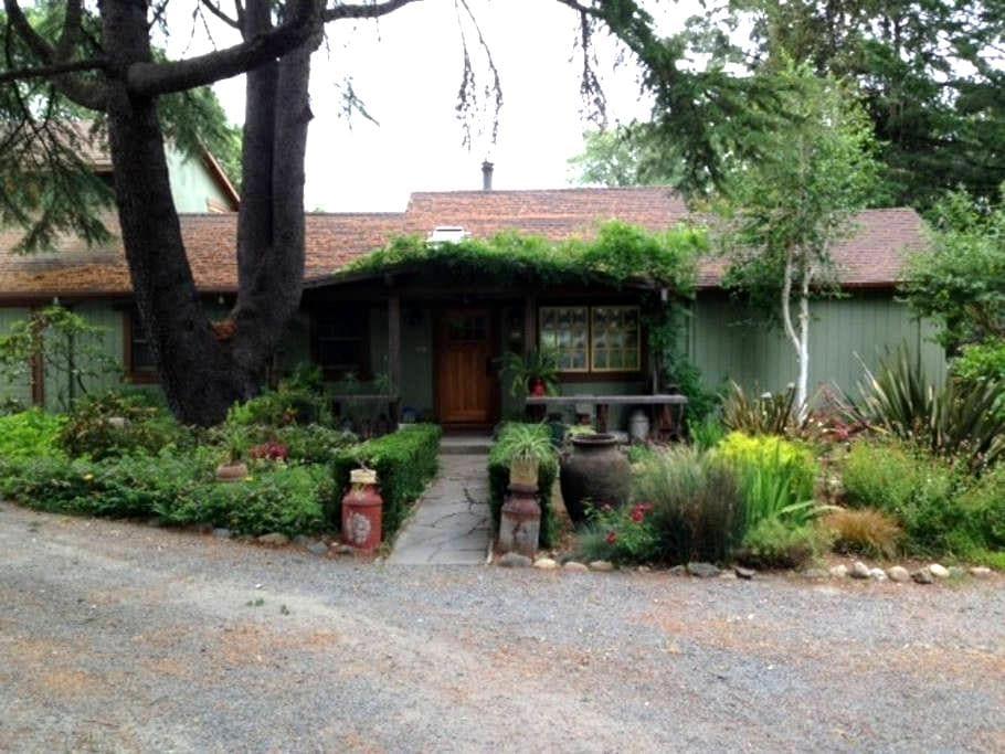 Quiet Wine Country Garden Getaway - Forestville
