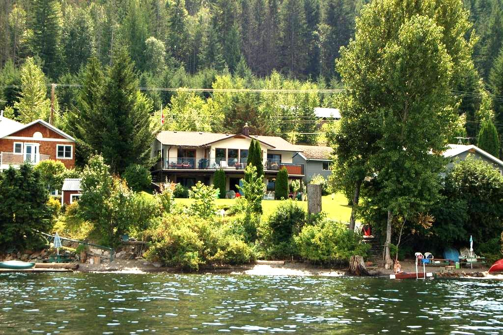 Gorgeous 4 Bedroom Lake-Front Home on Shuswap - Blind Bay - Ház