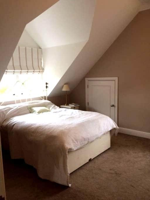 Elegant room w/bathroom on private floor - Harpenden - Huis