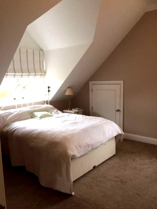Elegant room w/bathroom on private floor - Harpenden - Hus