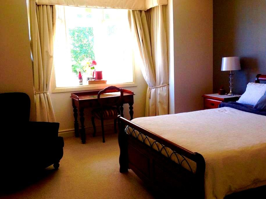 Bedroom with ensuite close to city - East Launceston - Apartment