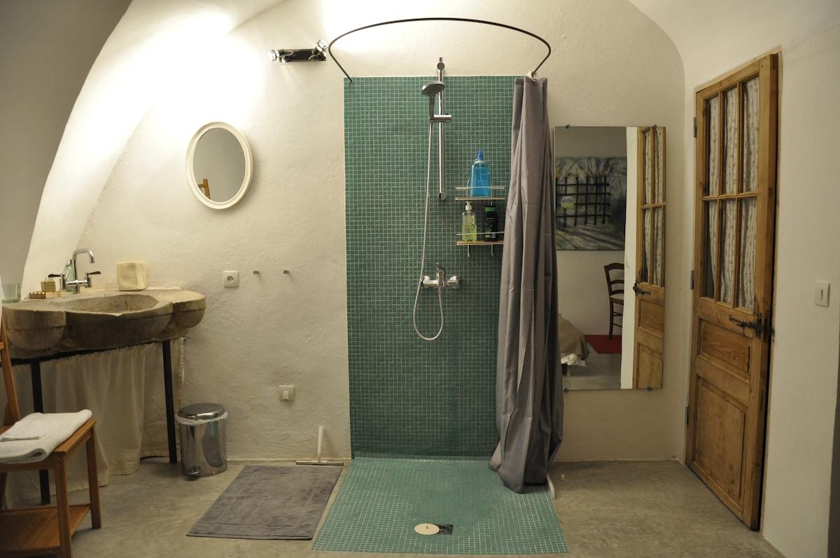 Espace Salle de bains: Douche à l'italienne, lavabo pierre de taille, porte des toilettes