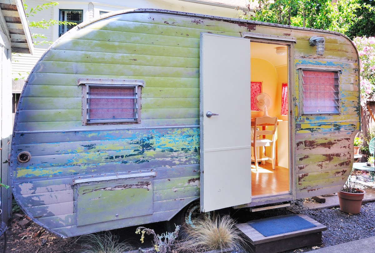 Lovely lil' Trailer, Walk Downtown!