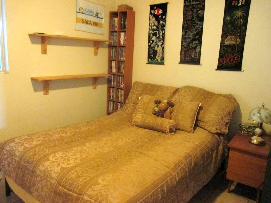 Own room in friendly home - Braitling - Maison