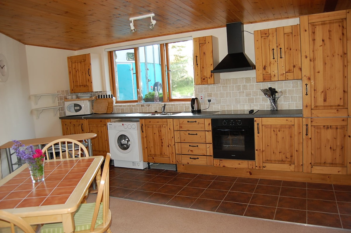Traditional style timber kitchen-fully equipped with all utensils,oven, hob, washing machine, fridge and microwave.