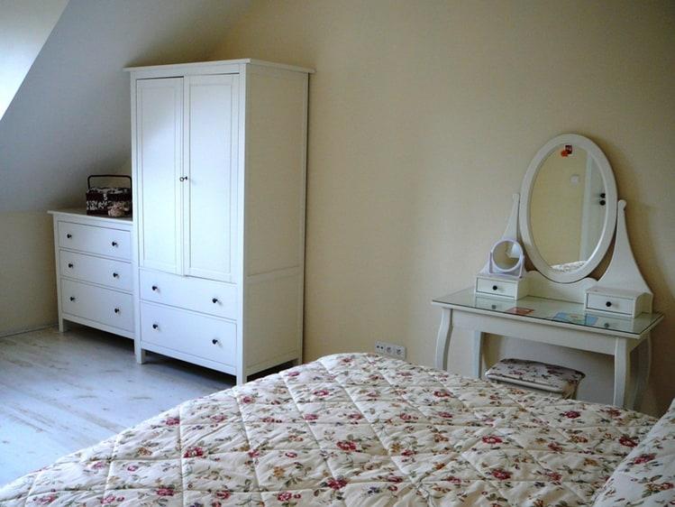Слева имеется точно такой же шкаф и комод.