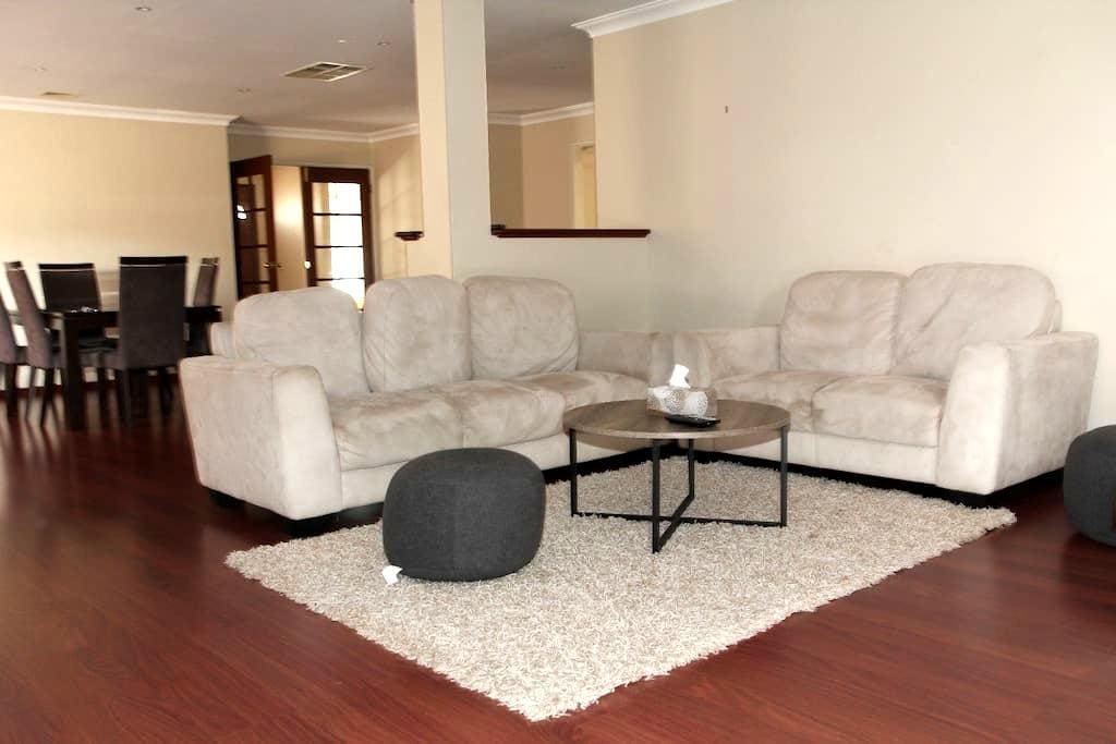Spacious lovely house in Canning Vale - Canning Vale - House