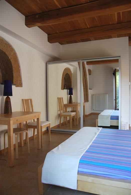 room 'Serancia' with tuff arches