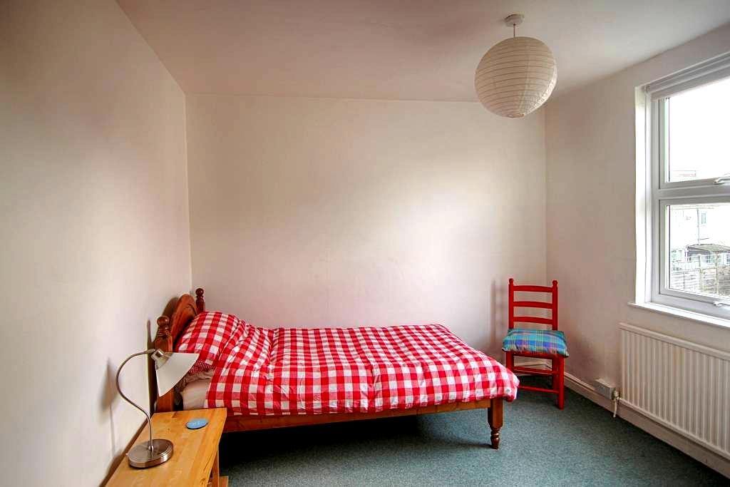 Bright and pleasant room in North Bristol - Bristol - House