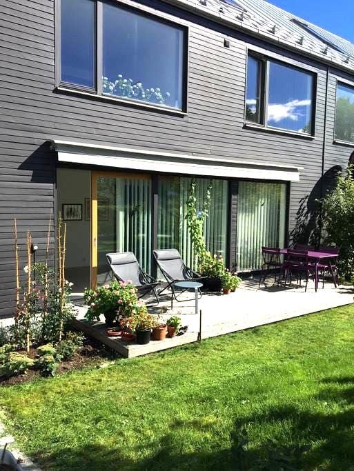 Comfortable room in suburbian Täby, Stockholm - Täby - Casa