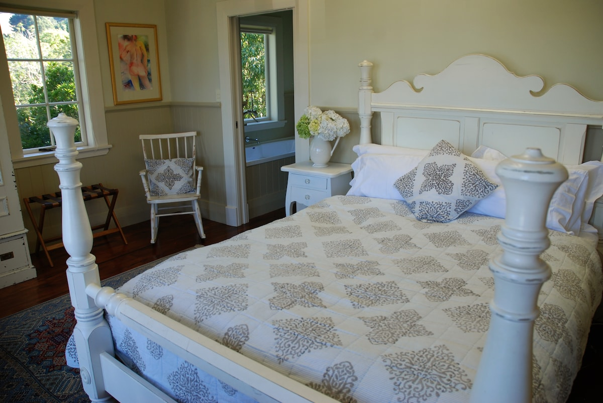 Spacious room with waterfront views, living,kitchen and laundry facilities
