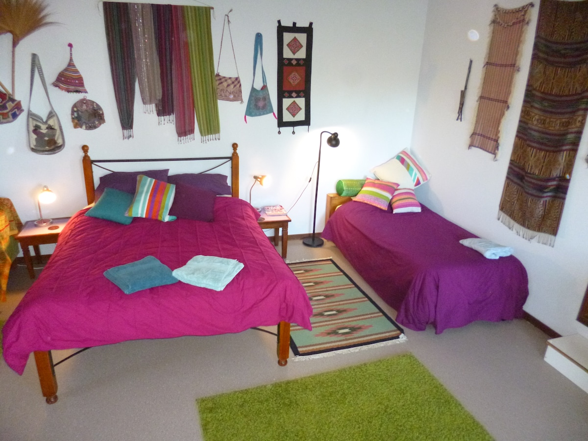 Queen bed and single bed. Additional single mattress available.