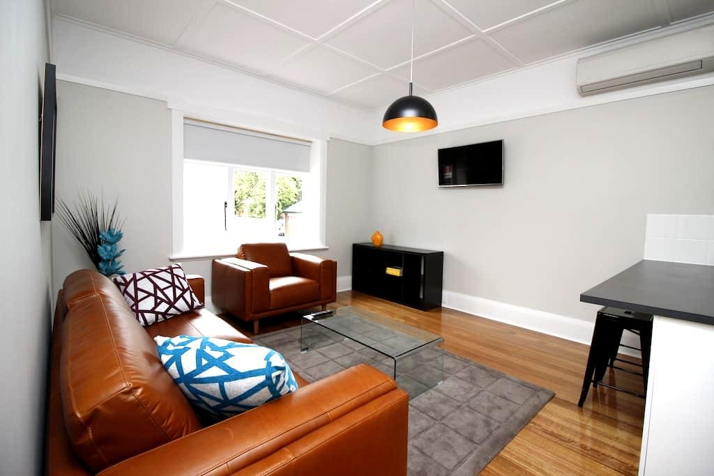 OS Parking + Walk to the City & Restaurants. Apt 1 - Hobart - Apartment