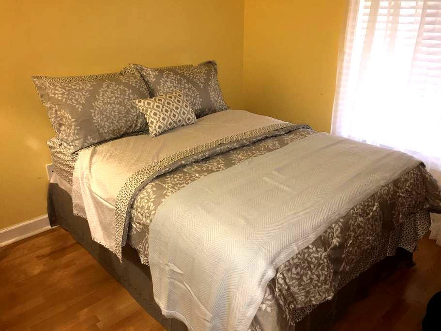 Private Bedroom in Spacious Condo near IAD & Shops - Reston