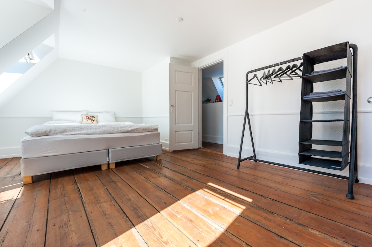 Big bedroom with king size bed (180x200)