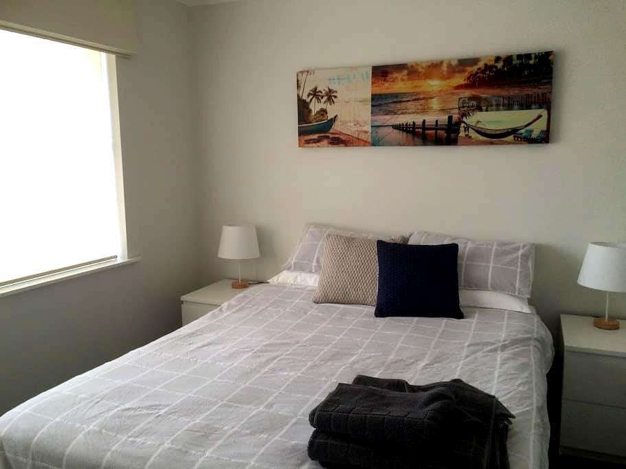 Large Bedroom , pool ,lounge area - Duncraig - Casa