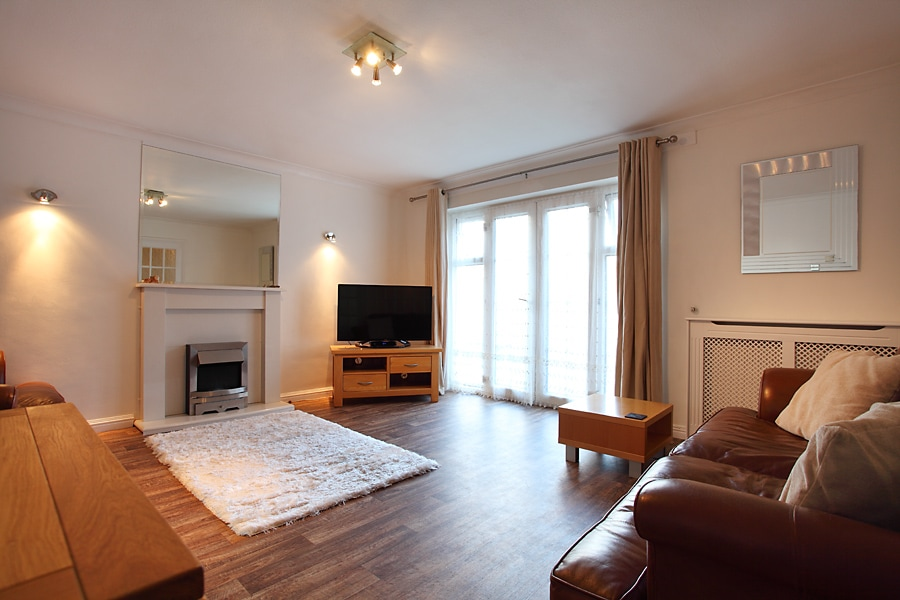 WOKING TOWN  APARTMENT -SLEEPS 6