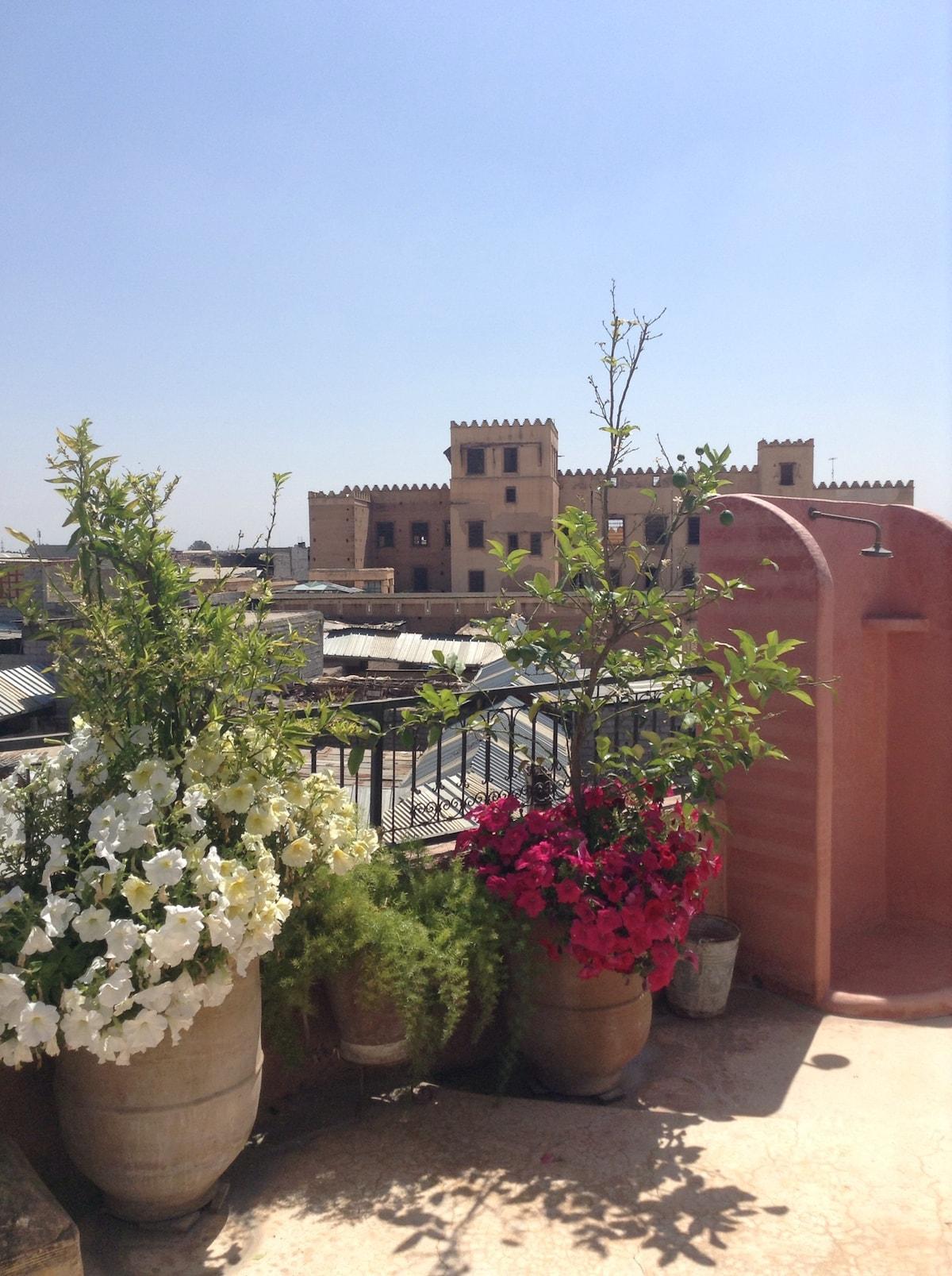 Douche en tadelakt  sur la terrasse panoramique  avec vue sur le palais Dar Moulay Idriss.