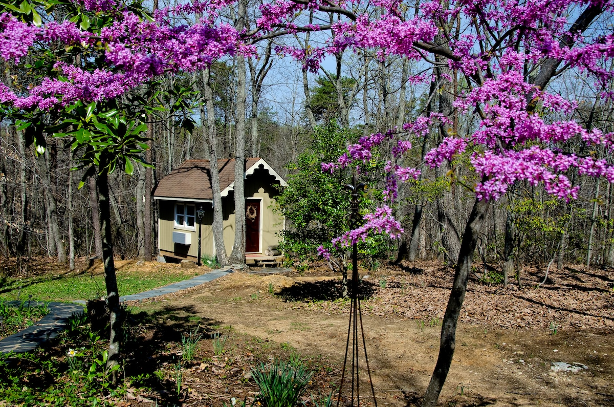 Chestnut Cottage - A Quiet Get Away for up to Two - Spring
