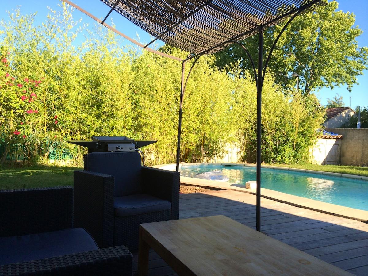 Salon de jardin au bord de la piscine…