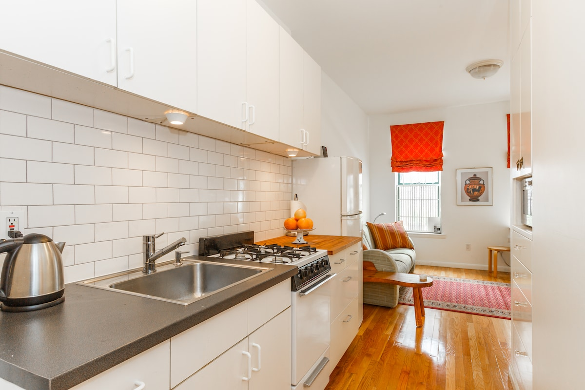 Full kitchen with microwave, fridge, oven, electric kettle, and toaster for you to use!