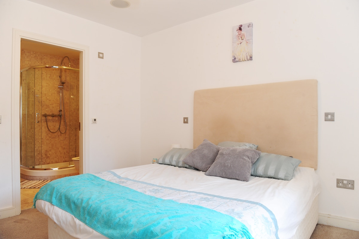 Double room en-suite with a very comfortable king size bed .