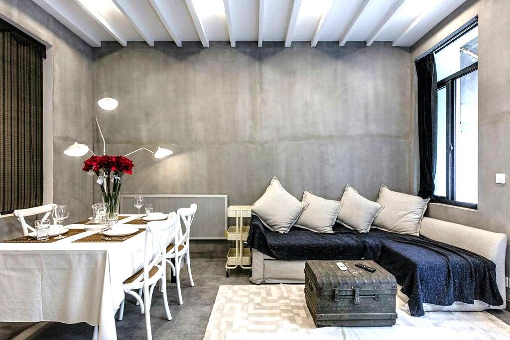 灰色系 新天地中心一房一厅2个1米八大床房,地铁1号十号线零距离带天井最大4人居住 - Szanghaj - Apartament
