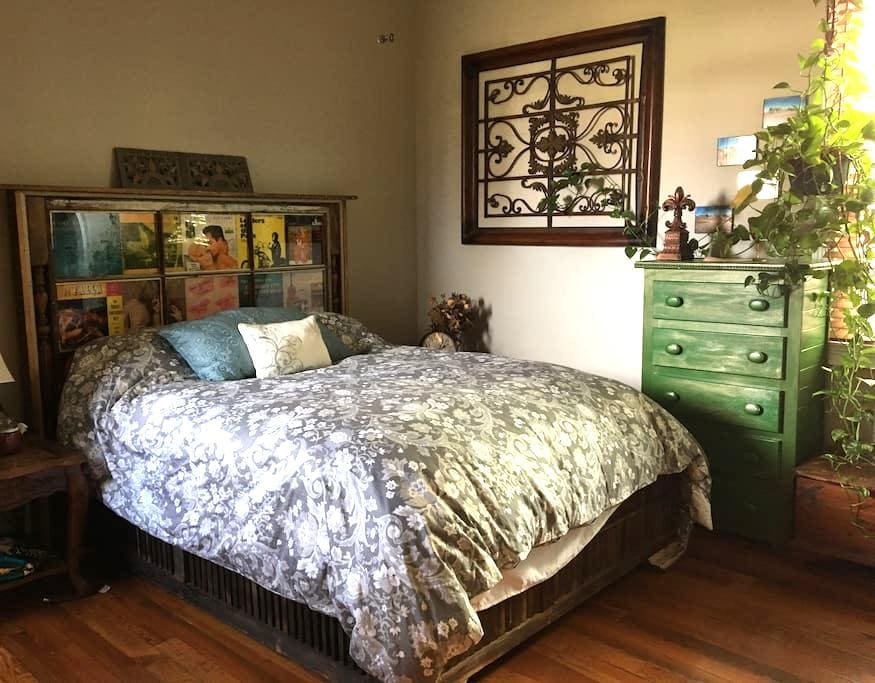 Cozy Bed, Claw Foot Tub, Great Neighborhood! - New Orleans