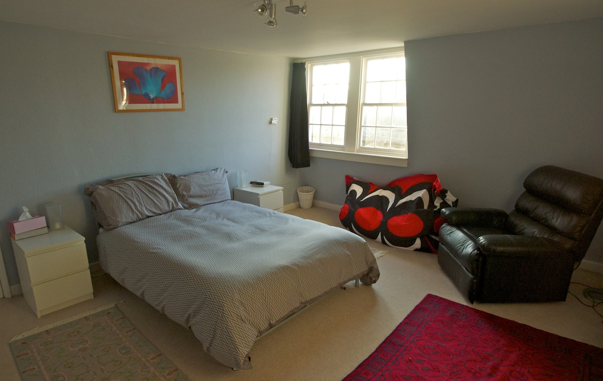 Top Floor Front Double Bedroom with TV and WiFi