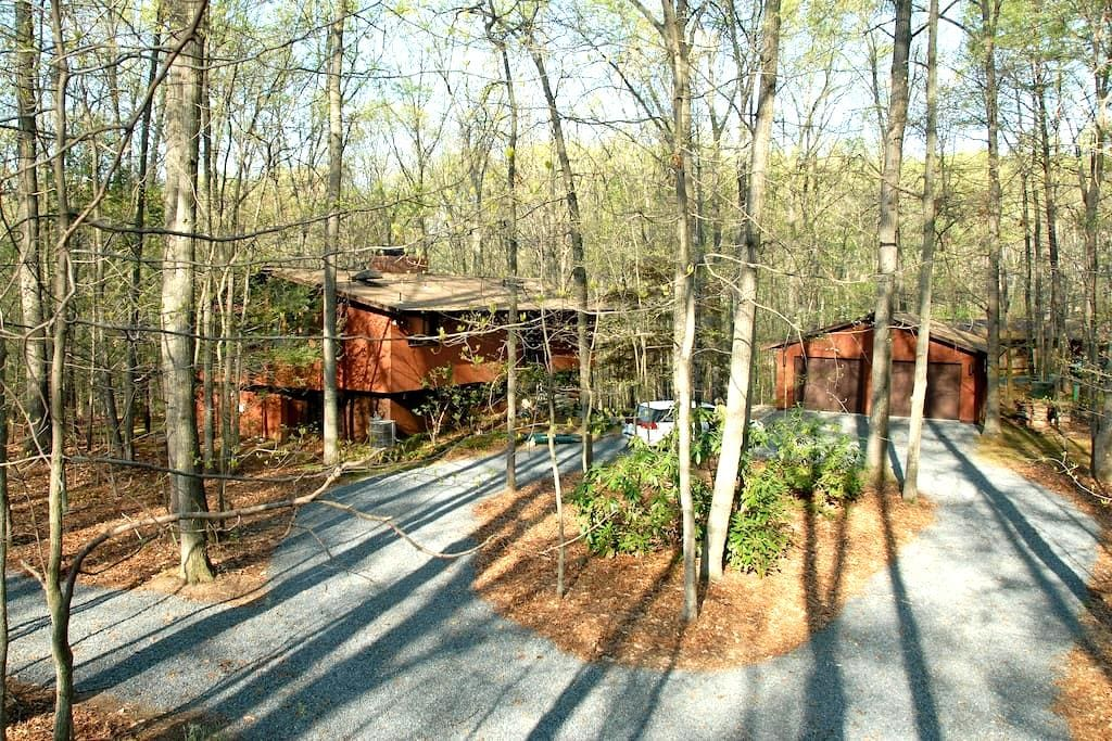 Exec. Suite Nestled in Woods - Wenen - Huis