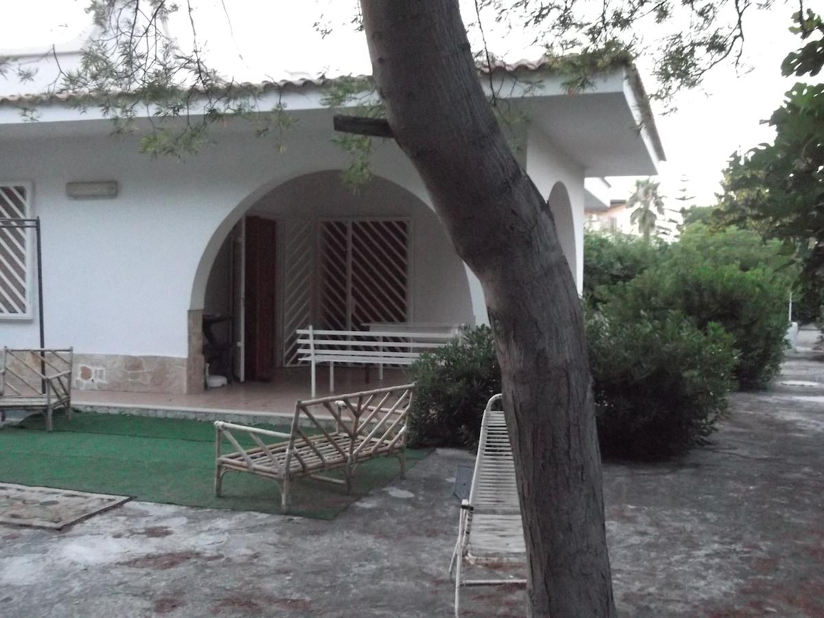Villa con giardino e pinetina