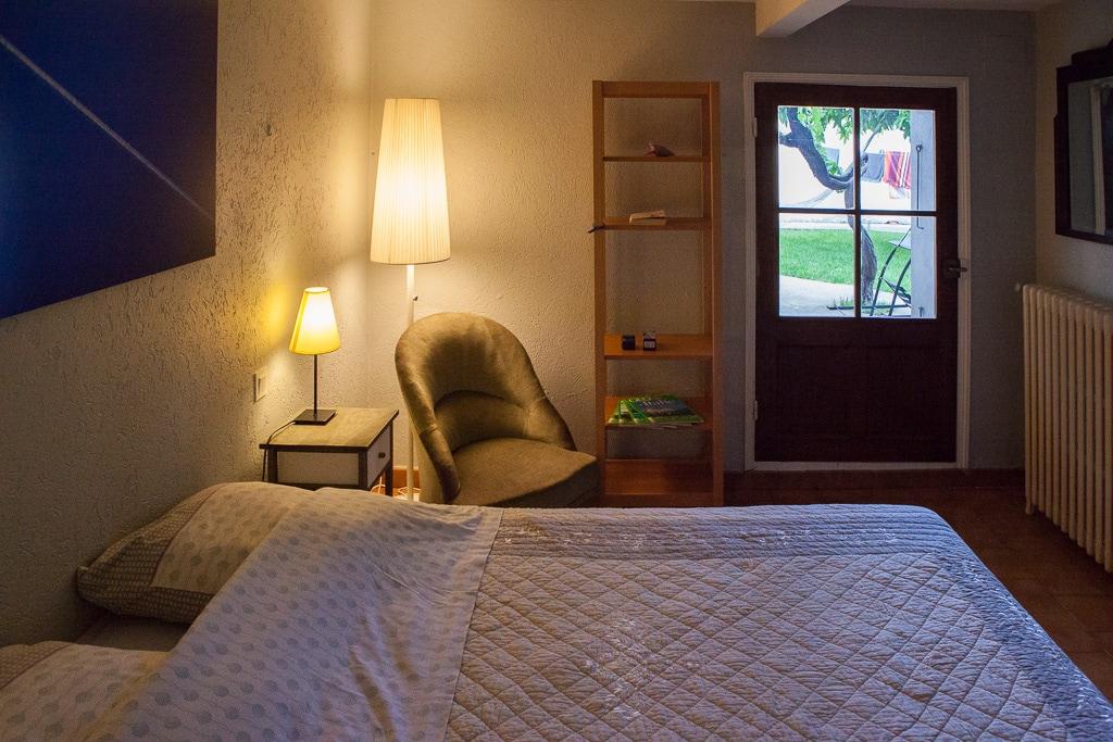Chambre avec lit double donnant sur le jardin
