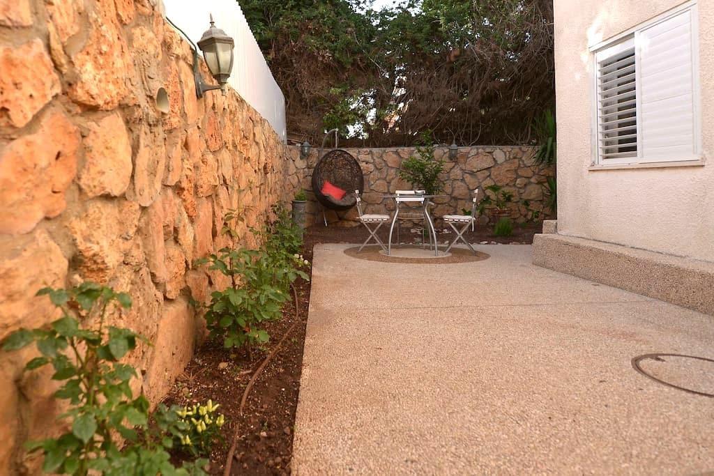 Lovely & clean, 2bd Apt, W/Garden   - Haifa - Hus