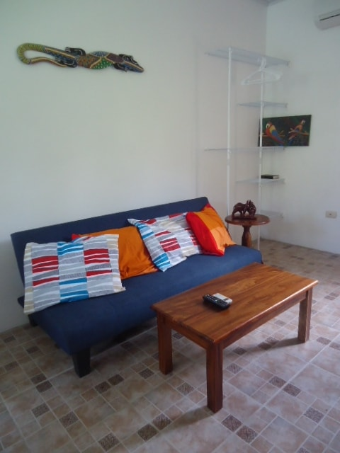 Sofa, TV, Internet, Safe, Aire (AC)
