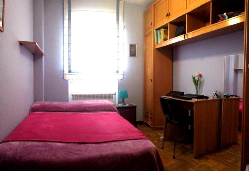 Habitación con cama doble en piso tranquilo - Vitoria-Gasteiz - Lägenhet