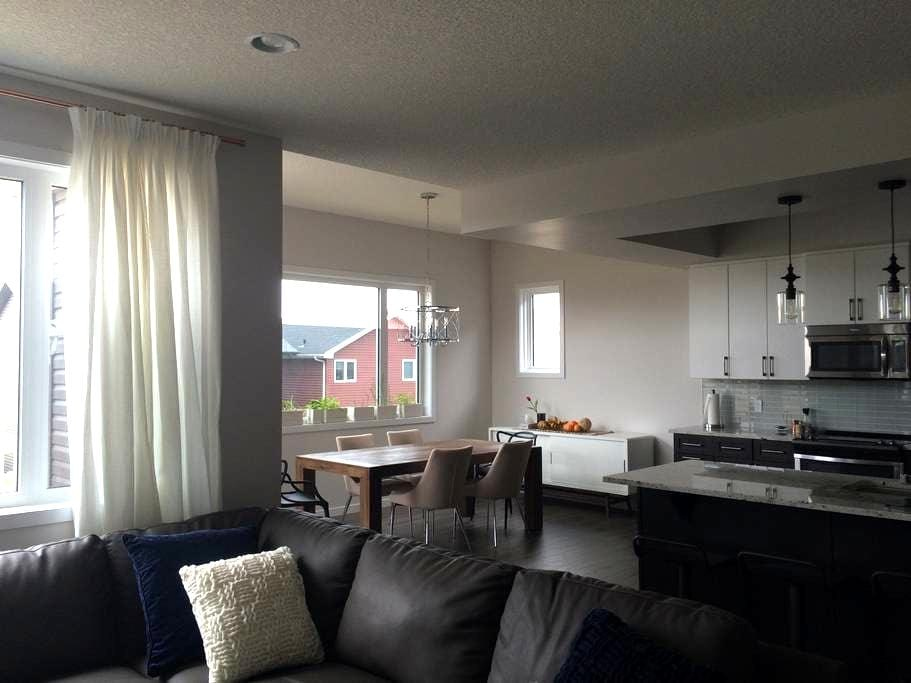 #1 Upstairs Bedroom in Brand New Home with A/C - Edmonton - Rumah