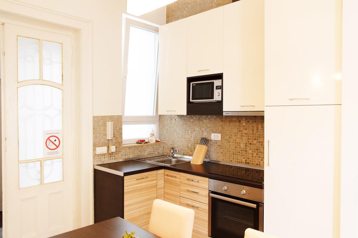 Fully equipped kitchen with: oven, microwave, kettle, fridge and toster...