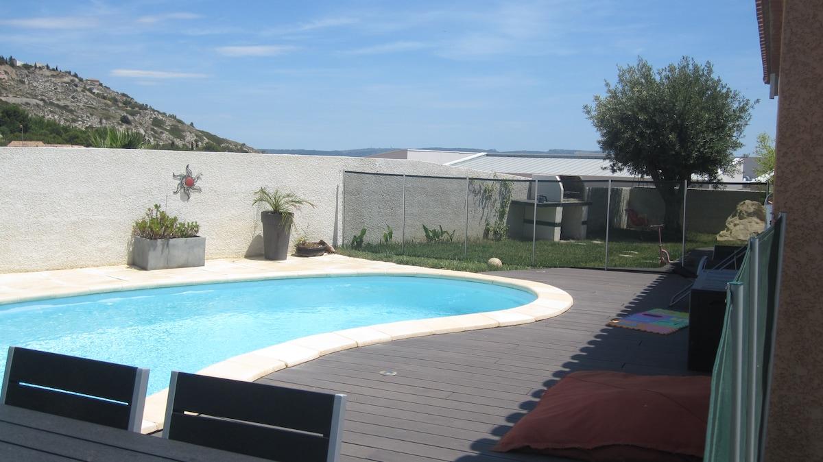 piscine 8x4.50 avec barrières pour les enfants et 4 chaises longues et 2 chiliennes pour les grands