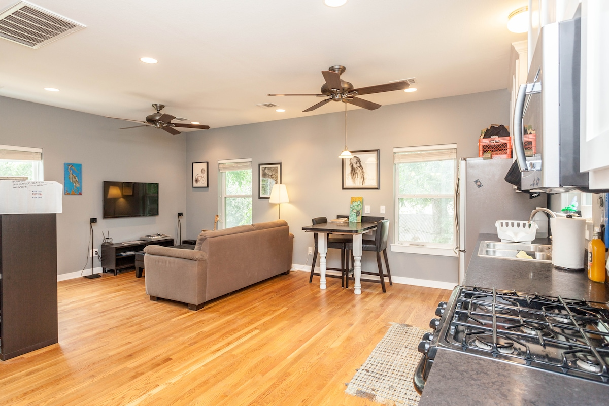 Garage apt, 1 mile from downtown!!